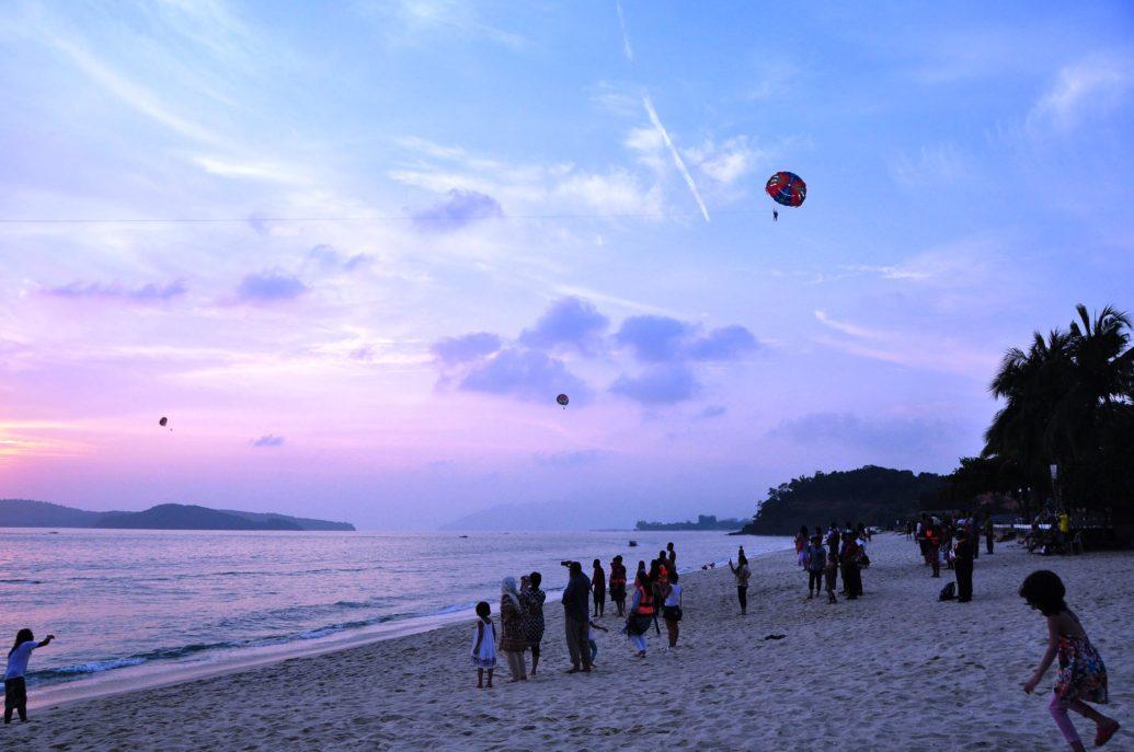 Langkawi Island (Parasailing) by Marufish (Flickr)