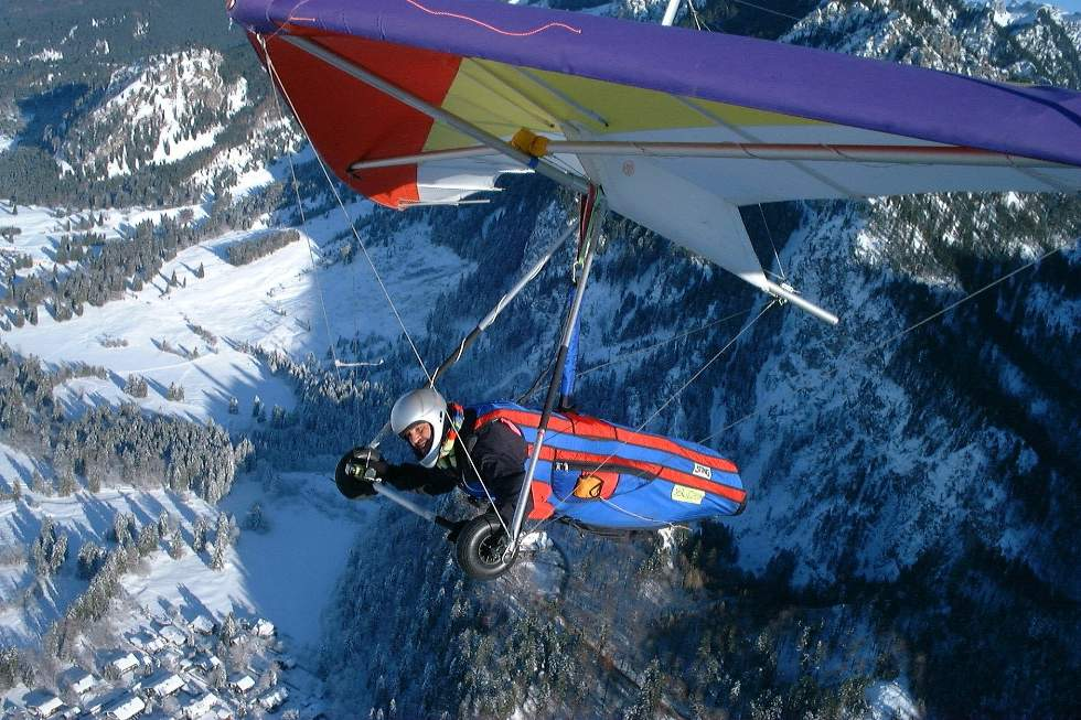 Hang Gliding in Tegelberg by KaiMartin (Wikimedia)